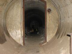 Blick von der Gasschleuse in den Aufenthaltsraum des Bunkers
